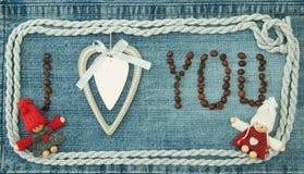 Valentin hälsningkort med trävit hjärta, kaffebönor a Royaltyfri Fotografi