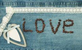 Valentin, hälsningkort med trävit hjärta och kaffeböna arkivbilder