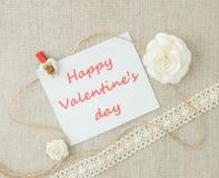 Valentin, hälsningkort med vita rosor, stifthjärta och letteri arkivbild
