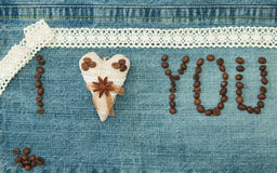 Valentin, hälsningkortet med textilkaffehjärta och kaffe är arkivfoto
