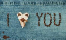 Valentin, hälsningkortet med textilkaffehjärta och kaffe är arkivbild
