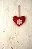 Valentin hjärtahand - som göras på en gammal trädörr arkivfoton