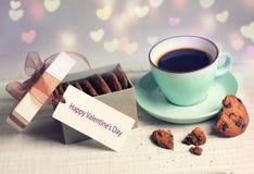 Valentin kopp för kaffe för kort för dag retro & kakor, närvarande asklabe Royaltyfria Foton