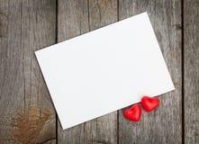 Valentin kort för gåva för dagmellanrum och röda godishjärtor Fotografering för Bildbyråer
