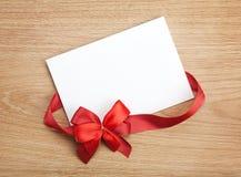Valentin kort för gåva för dagmellanrum och rött band med pilbågen Arkivfoton
