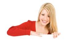 Valentin: Lycklig kvinna i rött Behind vitt kort Royaltyfri Fotografi