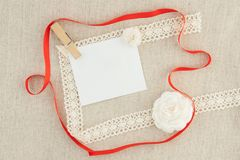 Valentin mellanrum, hälsningkort med det röda bandet, vita rosor och arkivfoton