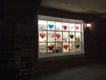 Valentin och hjärtagarneringar i lagerfönster i Palmer Square, Princeton, NJ Royaltyfri Bild