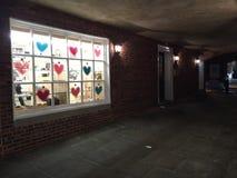 Valentin och hjärtagarneringar i lagerfönster i Palmer Square, Princeton, NJ Royaltyfria Bilder