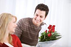 Valentin` s: Mannen förvånar med Rose Bouquet Royaltyfri Fotografi