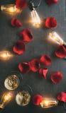 Valentin: Skrapad och Grungefast utgift av Rose Petals With Cha Arkivfoton