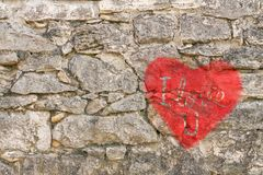 Valentin-Tageshintergrund mit rotem Herzen lizenzfreie stockfotografie
