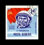 Valentina Tereshkova sovjetisk astronaut, 1st kvinna i utrymme, röd sovjetisk flagga, Rumänien, circa 1963, Arkivfoton