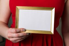 Valentindagåtlöje upp, kvinna som rymmer den tomma ramen i handcloseup royaltyfria bilder