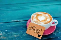 Valentindag eller kundomsorg- och servicebegrepp Baristaen Served en varm kaffeLattekopp med anmärkningen royaltyfri bild