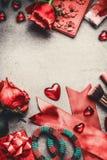 Valentindag, förälskelse eller datummärkningbakgrund med röda rosor, hjärta, gåvor och kvinnligtillbehör, bästa sikt Fotografering för Bildbyråer