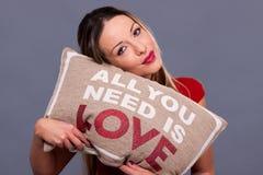 Valentindagallt meddelandet med kudden som du behöver, är förälskelse Arkivbild