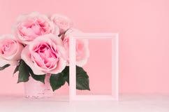 Valentindagbakgrund - elegant pastellfärgad rosa rosbukett, dekorativ ram för text på det vita träbrädet, kopieringsutrymme arkivbild