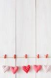 Valentindagbakgrund, kuddehjärtor gränsar på trä, kopieringsutrymme royaltyfria bilder