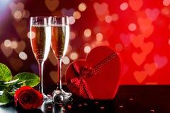 Valentindagbakgrund med champagne Arkivfoton