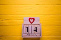 Valentindagbakgrund med Februari 14 och röd hjärta Dag 14 av den Februari uppsättningen på träkalender Arkivbilder