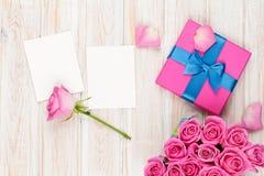 Valentindagbakgrund med gåvaasken mycket av rosa rosor och t arkivbild