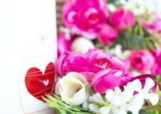 Valentindagbakgrund med hjärta och rosor tappning för stil för illustrationlilja röd arkivbilder