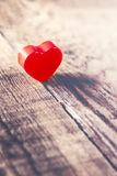 Valentindagbakgrund med röd hjärta på gamla träbrädewi arkivfoton
