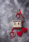 Valentindagbakgrund med röda hjärtor arkivbilder