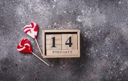 Valentindagbakgrund med röda hjärtor arkivfoton