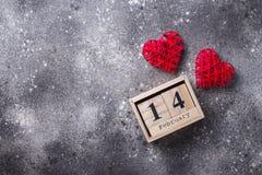 Valentindagbakgrund med röda hjärtor fotografering för bildbyråer