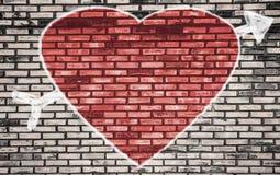 Valentindagbakgrund med röda hjärtor på tegelstenväggen Arkivfoton