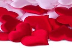 Valentindagbakgrund med röda och rosa hjärtor Arkivfoto