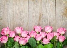 Valentindagbakgrund med rosa rosor över trätabellen Arkivfoto