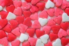 Valentindagbakgrund med tygvalentinhjärta på den wood tabellen för grunge retro filter Arkivbilder