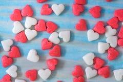 Valentindagbakgrund med tygvalentinhjärta på den wood tabellen för grunge retro filter Royaltyfria Foton