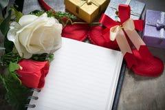 Valentindagbakgrund, röd hjärta med röd vit för anteckningsbokpapper Arkivfoto