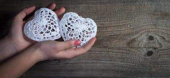 Valentindagbakgrund. Snöra åt hjärtor. Arkivfoto