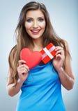 Valentindagbegrepp, röd hjärta för kvinnahåll, gåvaask Royaltyfria Bilder