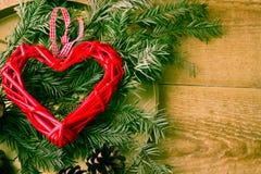 Valentindagbegreppet Röd hjärta på en träbakgrund Kopiera avståndsområde arkivfoton