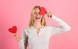 Valentindagen har traditionellt setts som viktigare för kvinnor Förälskelse för symbol för flickahållhjärta och romantiska rosa f royaltyfri foto
