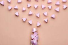 Valentindagexponeringsglas med massor av godishjärtamarshmallower Royaltyfri Bild