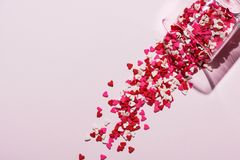Valentindagexponeringsglas med massor av söta godishjärtor Royaltyfri Fotografi