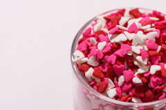 Valentindagexponeringsglas med massor av söta godishjärtor Royaltyfria Foton