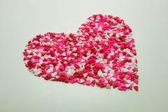 Valentindagexponeringsglas med massor av söta godishjärtor Fotografering för Bildbyråer