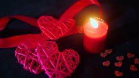 Valentindaggarnering med stearinljusbränning, det röda bandet och träförälskelse
