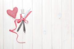 Valentindaghjärta formade leksakgåvan och bestick arkivbilder