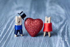 Valentindaginbjudan Man kvinna klädnypor Royaltyfri Fotografi