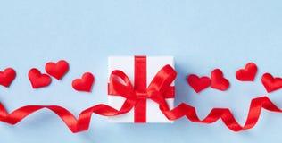 Valentindagkort eller baner Gåva eller närvarande röd hjärta för ask och på blå bakgrund Lekmanna- lägenhet royaltyfri foto