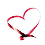 Valentindagkort. Hjärta som göras av det isolerade röda bandet på vit Arkivfoton